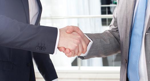 画像:握手する男性
