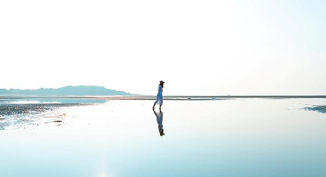 画像:キワ・ラ・ビーチを歩く女性
